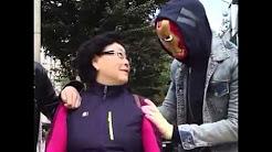 Neger erschreckt Japanerin